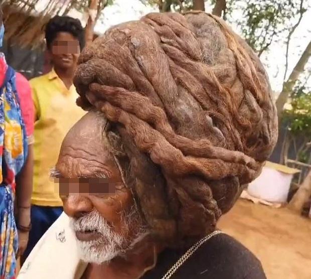 Cận cảnh mái tóc không cắt cũng chẳng gội suốt gần cả thế kỷ, cứng như rễ cây nhìn thôi đã thấy đau - Ảnh 1.