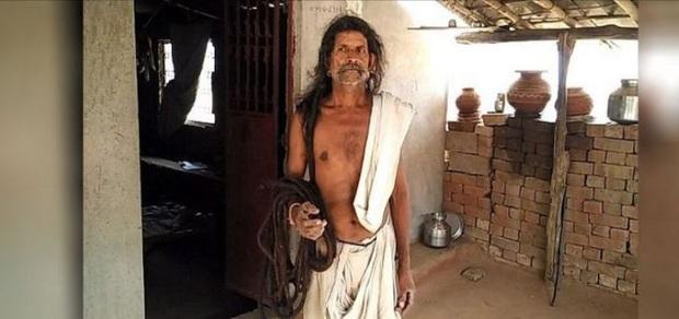 Cận cảnh mái tóc không cắt cũng chẳng gội suốt gần cả thế kỷ, cứng như rễ cây nhìn thôi đã thấy đau - Ảnh 3.