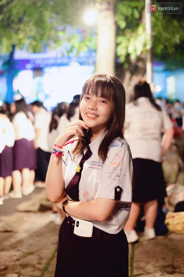 Nữ sinh được cho là hao hao Lisa (Blackpink) trong đêm Tri ân của trường Minh Khai, ảnh đời thường xinh xắn hết nấc - Ảnh 1.