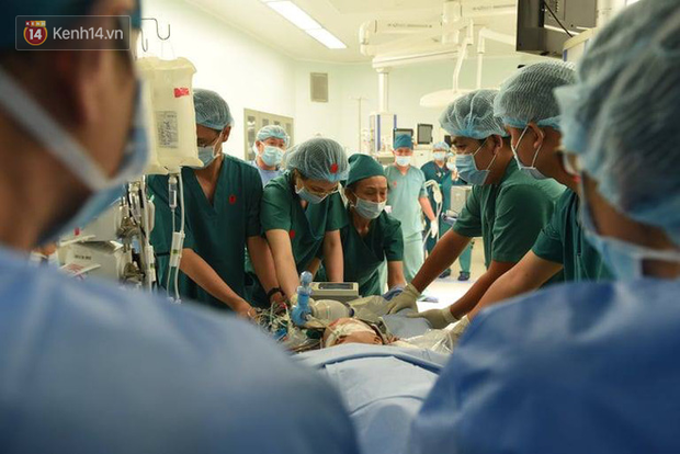 Toàn cảnh hơn 12 giờ phẫu thuật tách rời cặp song sinh Trúc Nhi - Diệu Nhi: 2 con đã về nguyên vẹn hình hài - Ảnh 8.