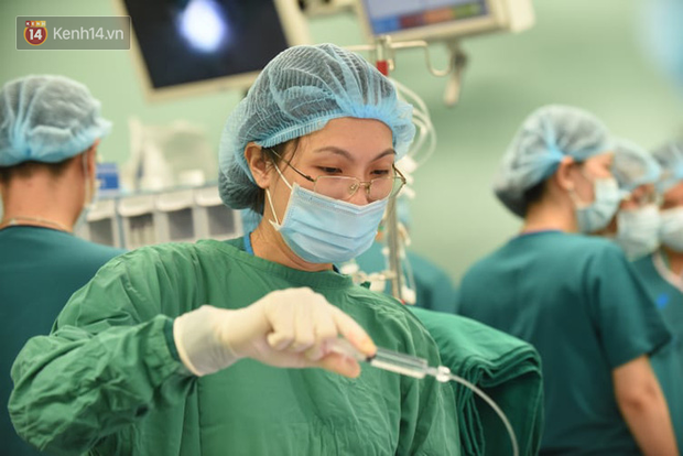 Tiến hành phẫu thuật tách dính 2 bé gái song sinh: Bố mẹ con đã khóc, mọi người đều mong các con được bình an - Ảnh 7.