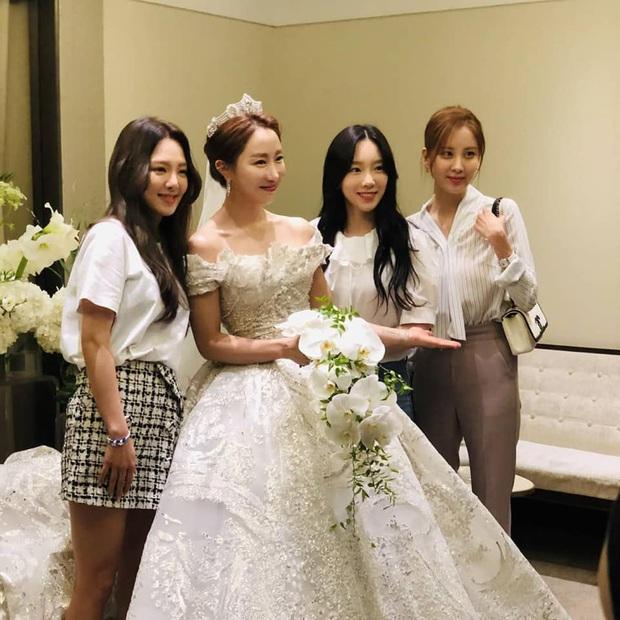Hậu trường SNSD đi đám cưới: Nhan sắc Taeyeon và em út Seohyun không hot bằng mái tóc lột xác của Hyoyeon sau 10 năm - Ảnh 2.