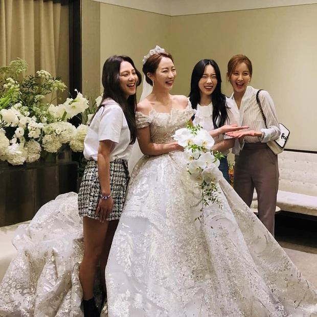 Hậu trường SNSD đi đám cưới: Nhan sắc Taeyeon và em út Seohyun không hot bằng mái tóc lột xác của Hyoyeon sau 10 năm - Ảnh 3.