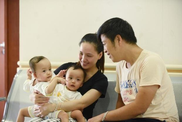 Tiến hành phẫu thuật tách dính 2 bé gái song sinh: Bố mẹ con đã khóc, mọi người đều mong các con được bình an - Ảnh 1.