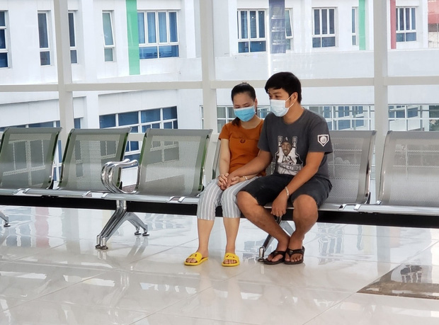 Tiến hành phẫu thuật tách dính 2 bé gái song sinh: Bố mẹ con đã khóc, mọi người đều mong các con được bình an - Ảnh 3.