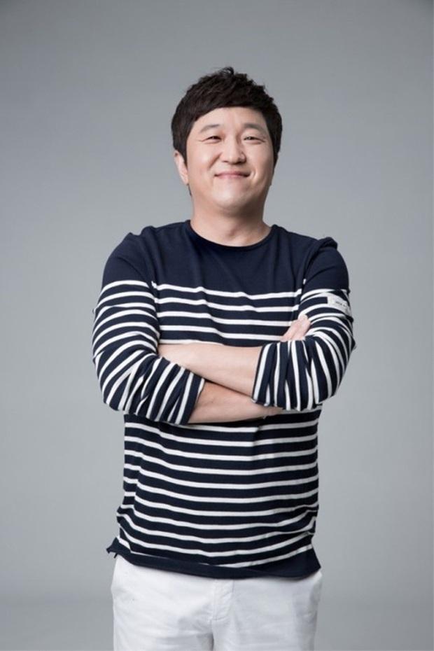 Không chỉ quên tên, MC đình đám Hàn Quốc còn bị nghi có hành động bạo lực với Hyewon (IZ*ONE) - Ảnh 2.