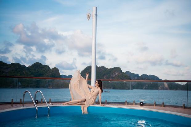 Á hậu Huyền My đẹp mê mải trong bộ ảnh thả dáng trên chiếc du thuyền đang hot nhất vịnh Bắc Bộ - Ảnh 3.