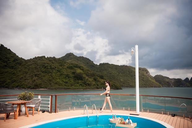 Á hậu Huyền My đẹp mê mải trong bộ ảnh thả dáng trên chiếc du thuyền đang hot nhất vịnh Bắc Bộ - Ảnh 7.