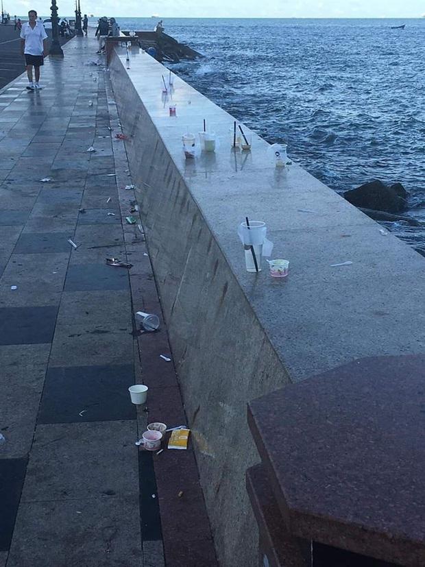 Nhức mắt trước cảnh Bãi Trước Vũng Tàu biến thành… bãi rác của du khách, ly nhựa và đồ ăn nằm vương vãi khắp nơi - Ảnh 2.