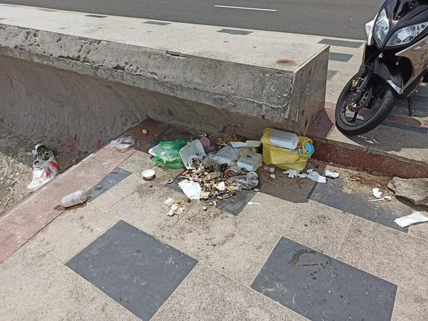 Nhức mắt trước cảnh Bãi Trước Vũng Tàu biến thành… bãi rác của du khách, ly nhựa và đồ ăn nằm vương vãi khắp nơi - Ảnh 3.