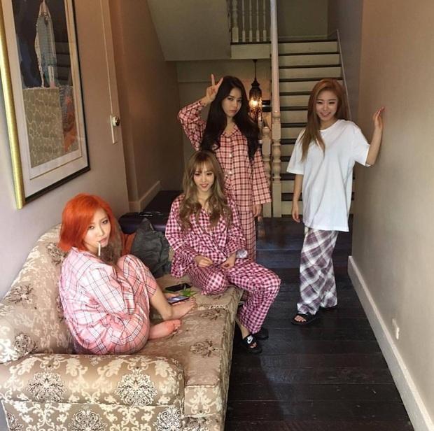 """Ở ngoài """"lồng lộn"""" đến đâu thì về nhà, sao Hàn chỉ chăm diện pyjama: Vừa xinh xẻo lại thoải mái, nhìn mà muốn sắm theo liền - Ảnh 7."""