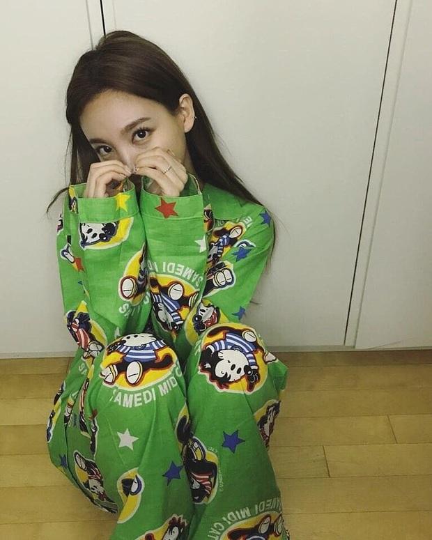 """Ở ngoài """"lồng lộn"""" đến đâu thì về nhà, sao Hàn chỉ chăm diện pyjama: Vừa xinh xẻo lại thoải mái, nhìn mà muốn sắm theo liền - Ảnh 1."""