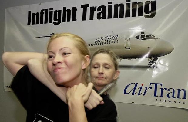 Dân mạng tò mò về lớp học tự vệ cực ngầu của tiếp viên hàng không, trông dịu dàng nhưng võ nghệ đầy mình đấy! - Ảnh 1.