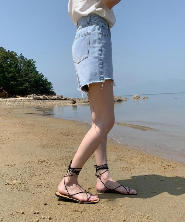Hè này đi biển, chị em hãy kết thân với 4 kiểu giày dép vừa xinh vừa đi ngon ơ trên nền cát - Ảnh 9.