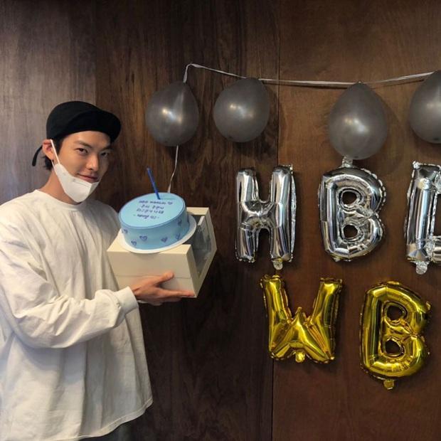Tiệc sinh nhật Kim Woo Bin: Để mặt mộc, chẳng lên đồ vẫn bảnh, đón ngày vui ở mái nhà chung với Shin Min Ah - Ảnh 5.