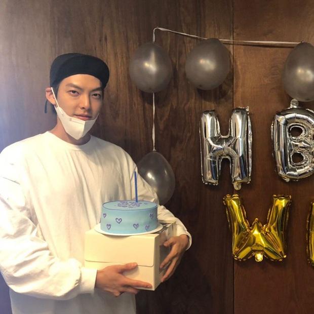 Tiệc sinh nhật Kim Woo Bin: Để mặt mộc, chẳng lên đồ vẫn bảnh, đón ngày vui ở mái nhà chung với Shin Min Ah - Ảnh 4.