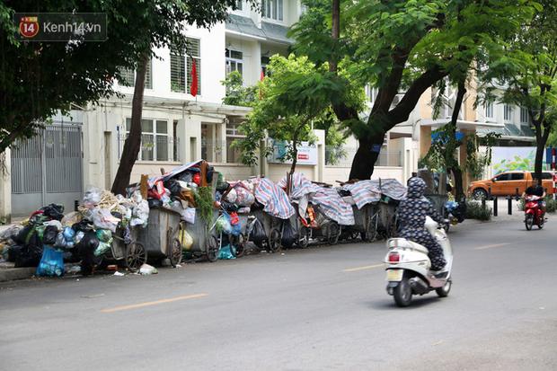 Hà Nội: Rác chất thành đống tràn ra khắp đường phố, nhiều người phải di tản vì phát ốm với mùi hôi thối - Ảnh 6.