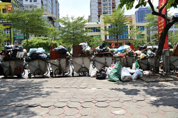 Hà Nội: Rác chất thành đống tràn ra khắp đường phố, nhiều người phải di tản vì phát ốm với mùi hôi thối - Ảnh 9.