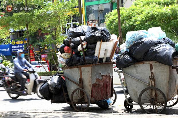 Hà Nội: Rác chất thành đống tràn ra khắp đường phố, nhiều người phải di tản vì phát ốm với mùi hôi thối - Ảnh 11.