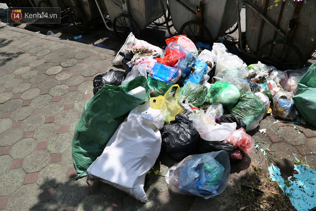 Hà Nội: Rác chất thành đống tràn ra khắp đường phố, nhiều người phải di tản vì phát ốm với mùi hôi thối - Ảnh 12.