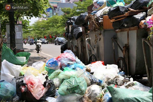 Hà Nội: Rác chất thành đống tràn ra khắp đường phố, nhiều người phải di tản vì phát ốm với mùi hôi thối - Ảnh 10.