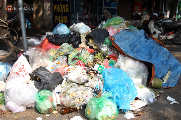 Hà Nội: Rác chất thành đống tràn ra khắp đường phố, nhiều người phải di tản vì phát ốm với mùi hôi thối - Ảnh 19.