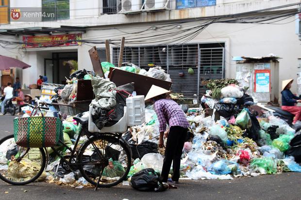 Hà Nội: Rác chất thành đống tràn ra khắp đường phố, nhiều người phải di tản vì phát ốm với mùi hôi thối - Ảnh 20.