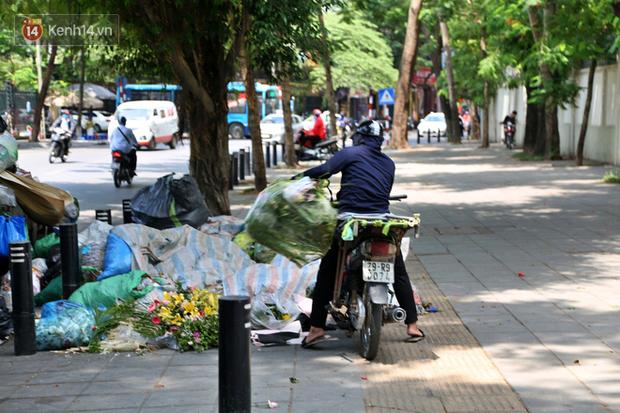 Hà Nội: Rác chất thành đống tràn ra khắp đường phố, nhiều người phải di tản vì phát ốm với mùi hôi thối - Ảnh 4.