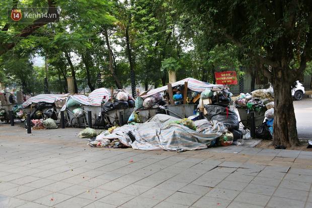 Hà Nội: Rác chất thành đống tràn ra khắp đường phố, nhiều người phải di tản vì phát ốm với mùi hôi thối - Ảnh 2.
