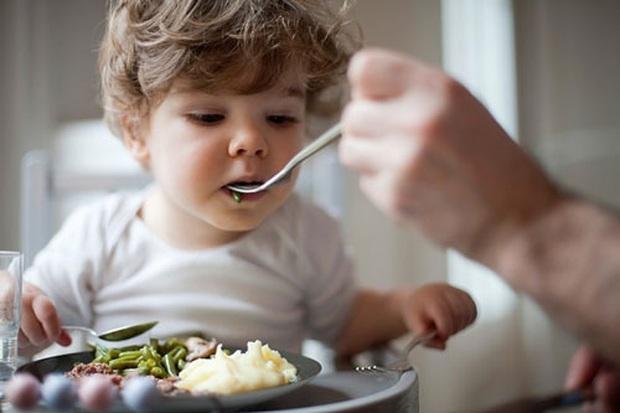 Đây là thói quen ăn cơm nguy hiểm của nhiều người Việt, hãy thay đổi ngay trước khi gia đình bạn rước đủ thứ bệnh - Ảnh 2.