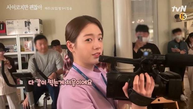 Tan chảy khoảnh khắc Kim Soo Hyun vội vàng khoác áo cho Seo Ye Ji ở hậu trường Điên Thì Có Sao - Ảnh 10.