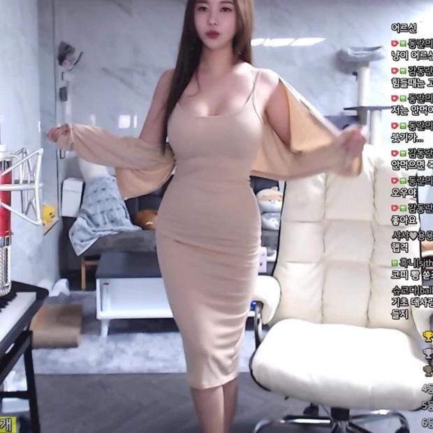 Bị fan nghi ngờ về việc hack cheat vòng một, nữ streamer xinh đẹp livestream luôn cảnh vào bệnh viện chứng thực ngực tự nhiên - Ảnh 2.