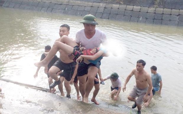 Rủ nhau xuống hồ nuôi tôm tắm, 2 anh em ruột đuối nước thương tâm - Ảnh 1.