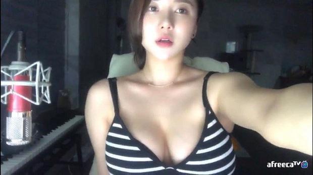 Bị fan nghi ngờ về việc hack cheat vòng một, nữ streamer xinh đẹp livestream luôn cảnh vào bệnh viện chứng thực ngực tự nhiên - Ảnh 7.