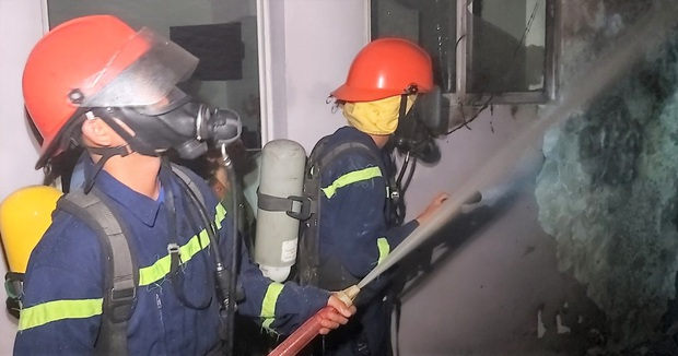 Cháy tại khách sạn 7 tầng, 2 xe máy bị thiêu rụi - Ảnh 3.