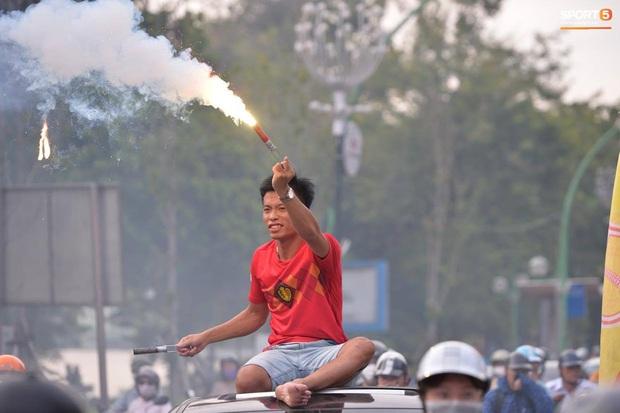 CĐV treo băng rôn cà khịa Quang Hải khi đến sân Hàng Đẫy cổ vũ trận Hà Nội FC gặp Hải Phòng - Ảnh 8.