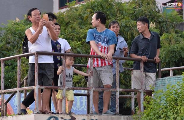 CĐV treo băng rôn cà khịa Quang Hải khi đến sân Hàng Đẫy cổ vũ trận Hà Nội FC gặp Hải Phòng - Ảnh 9.