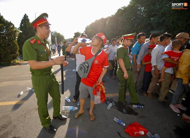 Hàng nghìn người dân đội nắng xếp hàng vào xem trận CLB Hà Tĩnh gặp CLB TP. Hồ Chí Minh - Ảnh 9.