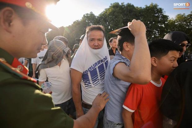 Hàng nghìn người dân đội nắng xếp hàng vào xem trận CLB Hà Tĩnh gặp CLB TP. Hồ Chí Minh - Ảnh 4.