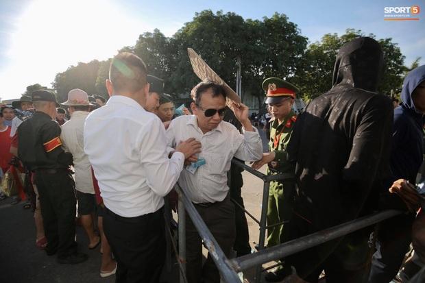 Hàng nghìn người dân đội nắng xếp hàng vào xem trận CLB Hà Tĩnh gặp CLB TP. Hồ Chí Minh - Ảnh 3.