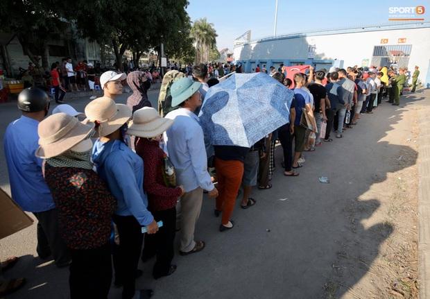 Hàng nghìn người dân đội nắng xếp hàng vào xem trận CLB Hà Tĩnh gặp CLB TP. Hồ Chí Minh - Ảnh 1.