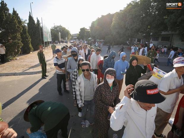 Hàng nghìn người dân đội nắng xếp hàng vào xem trận CLB Hà Tĩnh gặp CLB TP. Hồ Chí Minh - Ảnh 2.