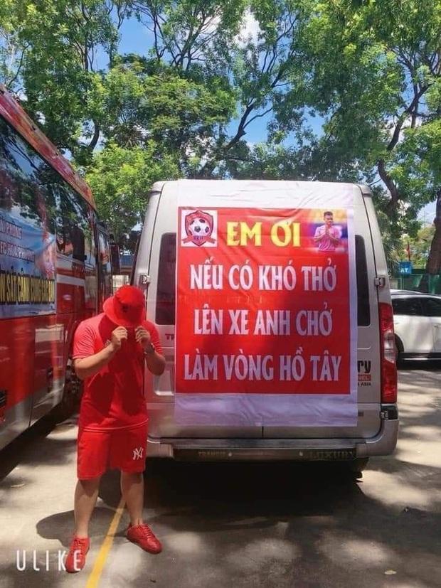 CĐV treo băng rôn cà khịa Quang Hải khi đến sân Hàng Đẫy cổ vũ trận Hà Nội FC gặp Hải Phòng - Ảnh 4.