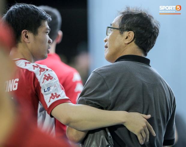 Công Phượng khoác vai trợ lý HLV tuyển Việt Nam thân mật, nhận sự khích lệ nhiệt huyết sau trận thua - Ảnh 2.