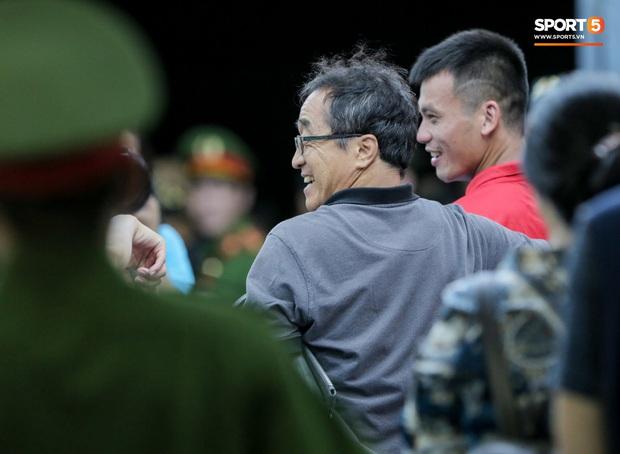 Công Phượng khoác vai trợ lý HLV tuyển Việt Nam thân mật, nhận sự khích lệ nhiệt huyết sau trận thua - Ảnh 3.