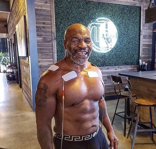 Trở lại sau thời gian dài giải nghệ, Mike Tyson chuẩn bị đối đầu cùng... cá mập trắng - Ảnh 4.