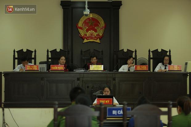 Nỗi đau 2 người mẹ trong phiên xử đầu độc trà sữa ở Thái Bình: Người khóc nghẹn vì con chết oan, người ngã quỵ khi con nhận bản án tử hình - Ảnh 2.