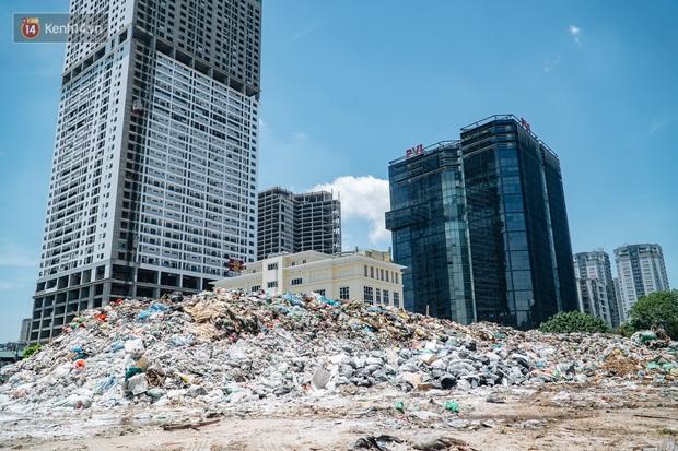 Công nhân môi trường những ngày rác ngập tràn Hà Nội: Nếu trời mưa, tôi không dám tưởng tượng sẽ như thế nào... - Ảnh 1.