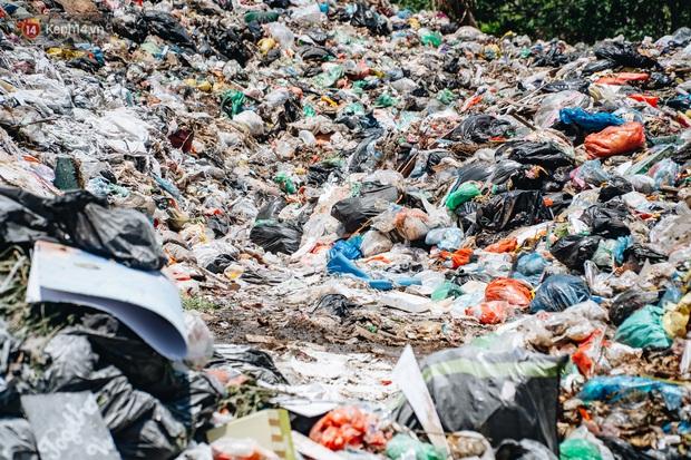 Công nhân môi trường những ngày rác ngập tràn Hà Nội: Nếu trời mưa, tôi không dám tưởng tượng sẽ như thế nào... - Ảnh 2.