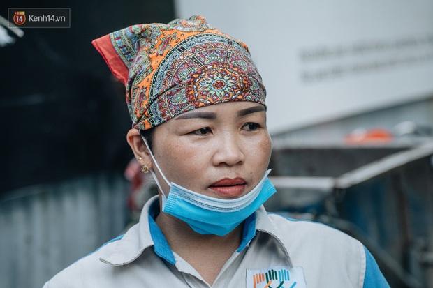 Công nhân môi trường những ngày rác ngập tràn Hà Nội: Nếu trời mưa, tôi không dám tưởng tượng sẽ như thế nào... - Ảnh 7.